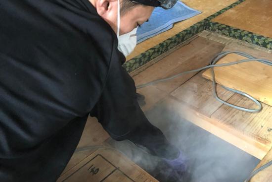 ネズミの嫌がる煙(燻煙剤)を専用の機械で天井裏や床下に噴射し、天井裏に隠れているネズミを完全に追い出します。